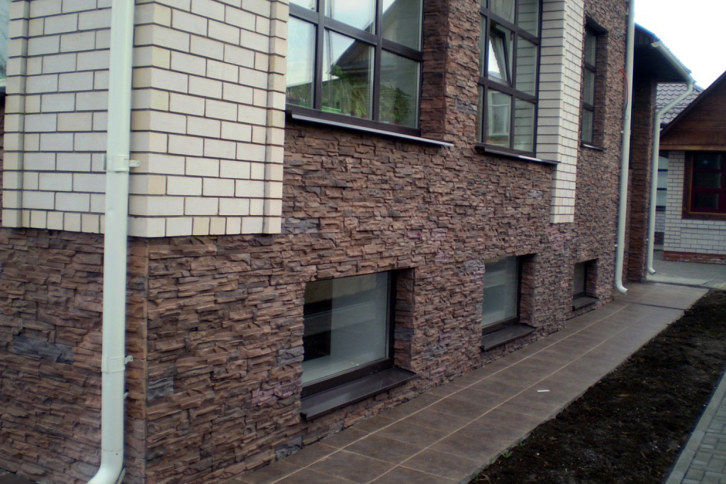 Отделка фасада дома декоративным камнем - фото 1