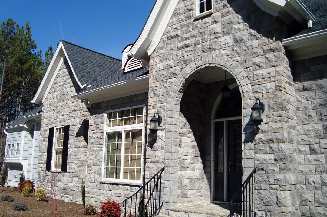 Отделка фасада дома декоративным камнем - фото 9