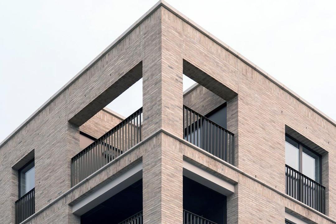 Отделка фасада частного дома кирпичом - фото 8