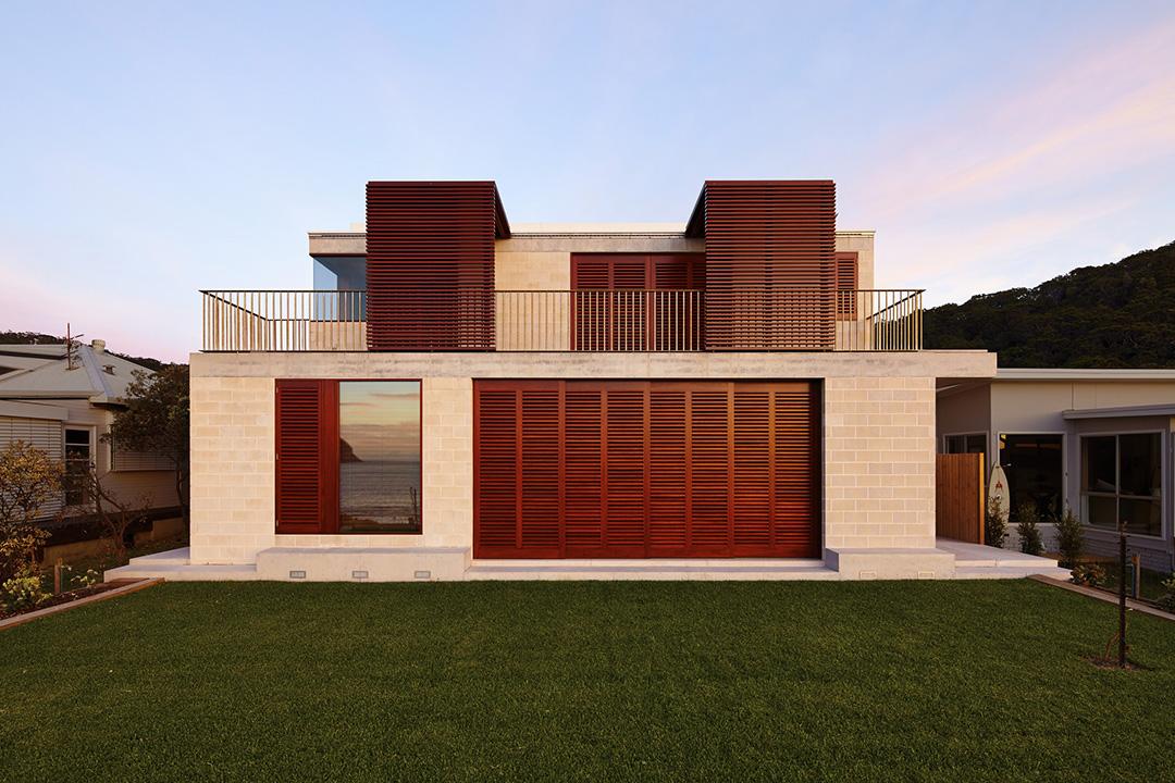 Обшивка фронтона дома блок хаусом - фото 1
