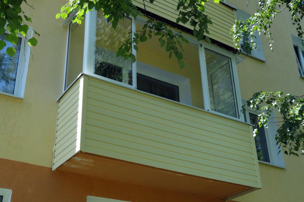 Преимущества внешней отделки балкона металлическим сайдингом