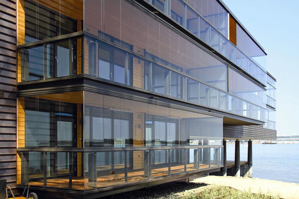 Зачем нужно витражное остекление для балконов и лоджий