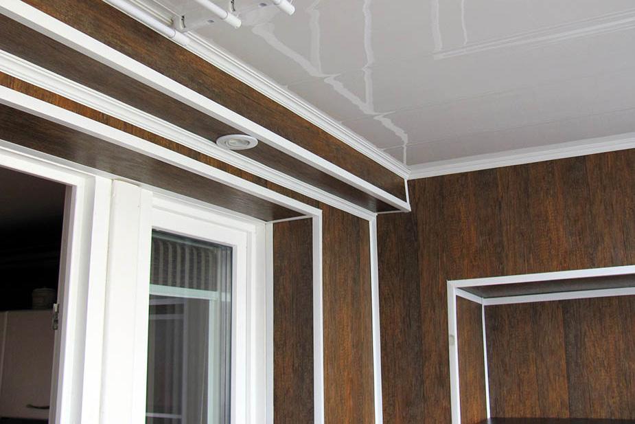 Установка брусьев при обшивке балкона МДФ панелями