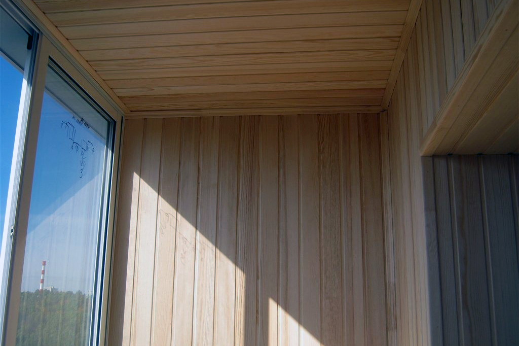 Зачем обшивать балкон вагонкой
